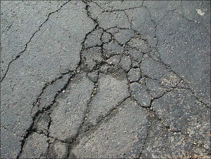 asphalt-cracks-americoat-sealcoating